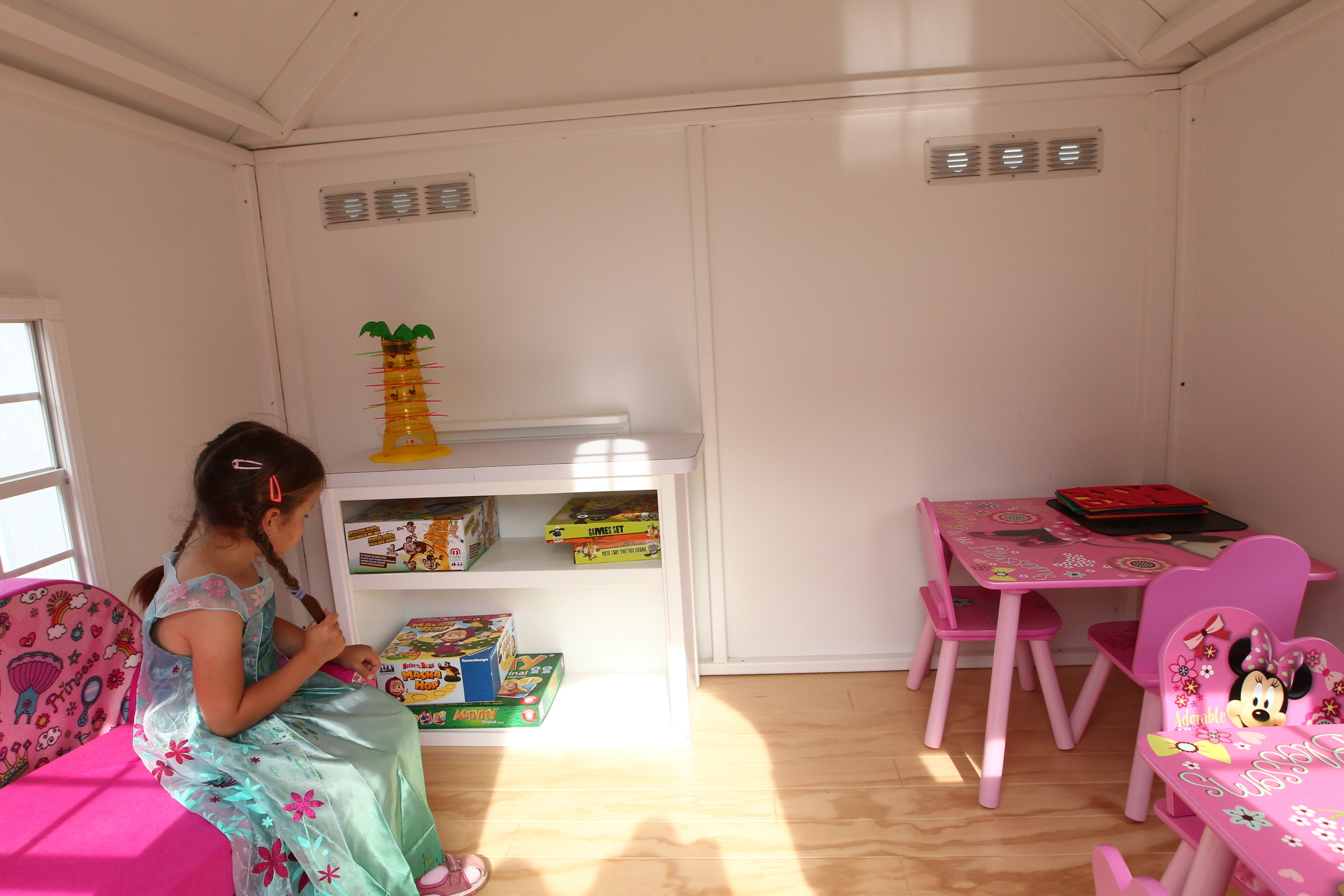 Dievčatko sedí na stoličke v detskej dievčenskej izbe v Hlavnom meste detí
