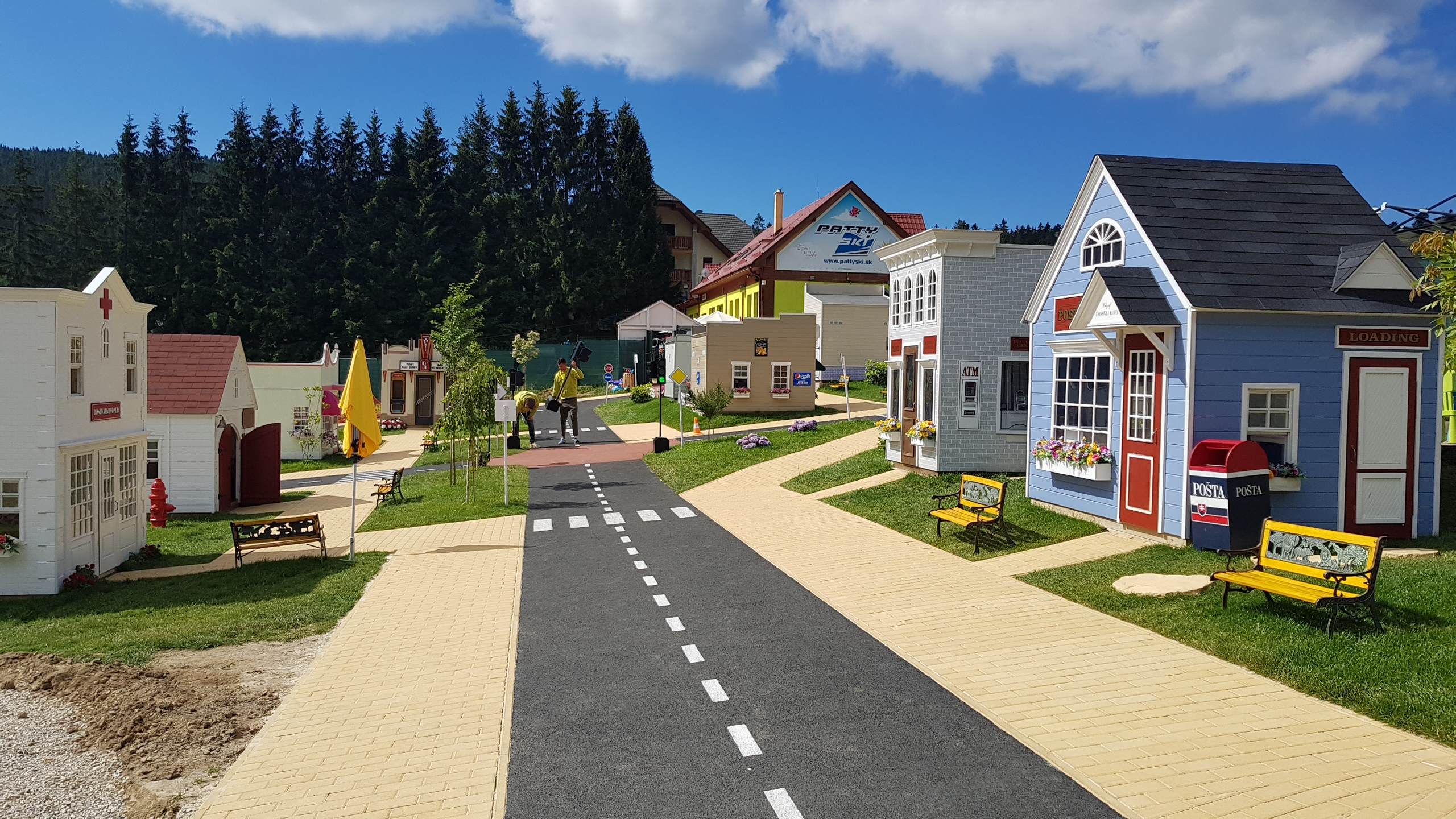 cesta v donovalkove medzi domčekmi
