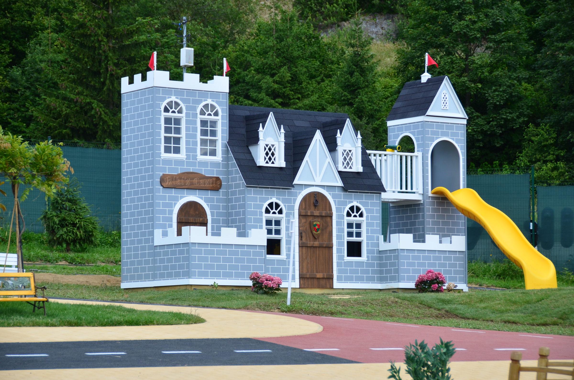 modrý detský hrad v donovalkove so žltou šmýkačkou