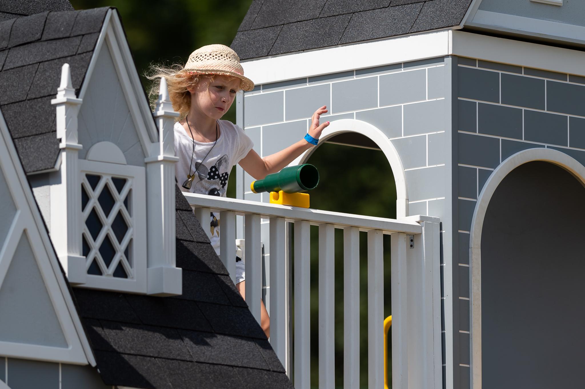 dievčatko na balkóne v domčeku v hlavnom meste detí